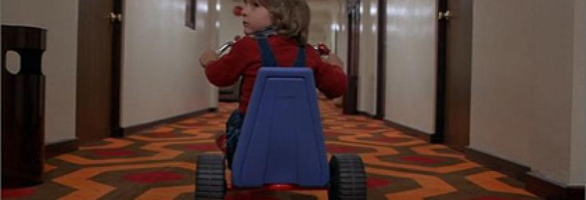Tricycle et tapis orange dans The Shining de Kubrick